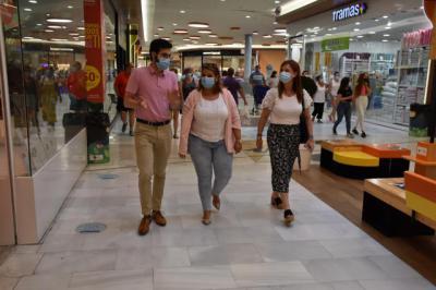 TALAVERA | La visita de la alcaldesa al Centro Comercial Los Alfares