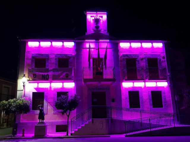 NAVALCÁN | El Ayuntamiento se ilumina de morado por el Día Internacional contra la Violencia hacia las Mujeres