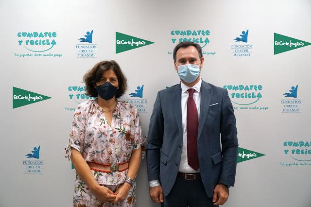 Guadalupe Corzo Responsable de Compras de Juguetes de ECI y José Antonio Pastor Presidente de la Fundación Crecer Jugando