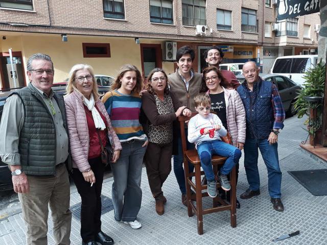 El matador toledano Álvaro Lorenzo comparte viandas en el talaverano Bar Toni con un grupo de amigos