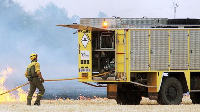 En la imagen de archivo efectivos trabajando en la extinción de un incendio en la región