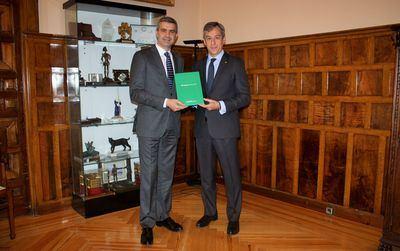 El presidente de la Diputación de Toledo recibe la Memoria Anual de Caja Rural CLM