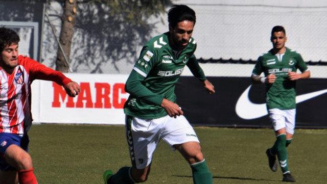 El jugador del CD Toledo Lassad Nouioui se mantiene estable dentro de la gravedad