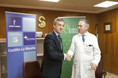 El presidente de Eurocaja Rural, Javier López, y el director gerente de la Gerencia de Atención Integrada de Talavera de la Reina, José María Ruiz de Oña