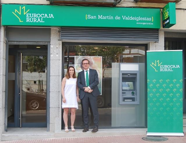 La directora oficina Eurocaja Rural en San Martín de Valdeiglesias, Cristina García, junto al director territorial en Madrid, Roberto Muñoz Sánchez