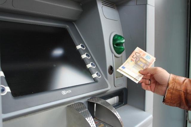 TALAVERA-CAZALEGAS | Roba la cartilla a un compañero de trabajo y saca casi 8.000 euros