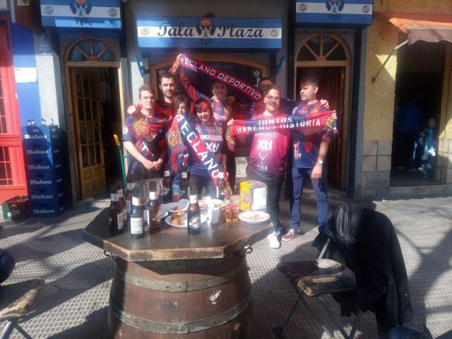 Los aficionados de Yecla en la sede de la peña talaverana antes del partido.