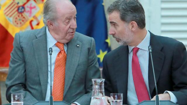 Juan Carlos I (izquierda) y Felipe VI