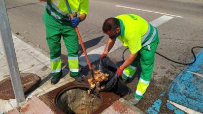 El Ayuntamiento limpia los imbornales ante la previsión de lluvias