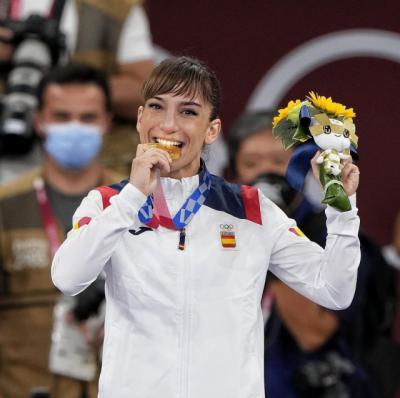 Sandra Sánchez con la medalla de oro en los JJOO de Tokio