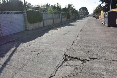 Los vecinos del Chaparral Bajo se quejan del estado del acerado y asfaltado de sus calles