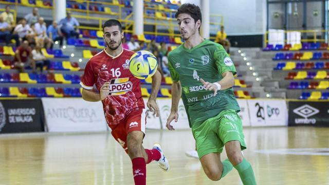 Nando, jugador de BeSoccer CD UMA Antequera, ante Hugo Alonso, de ElPozo Ciudad de Murcia.