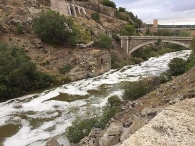 Vuelven las espumas al Tajo a su paso por Toledo (IMÁGENES)