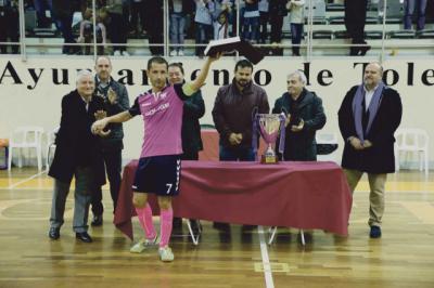 Justo Cáceres recibe el trofeo de subcampeón