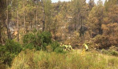 Medios terrestres y aéreos liquidan los puntos calientes en la zona próxima al perímetro del fuego de Yeste