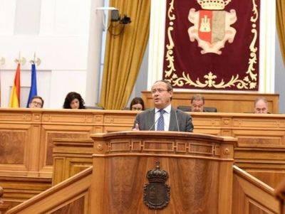 El consejero de Hacienda y Administraciones Pública, Juan Alfonso Ruiz Molina, durante su intervención en el Pleno de las Cortes