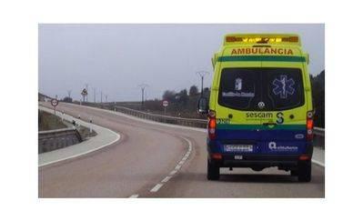 Dos heridas graves en un accidente de tráfico tras caer su turismo por un terraplén