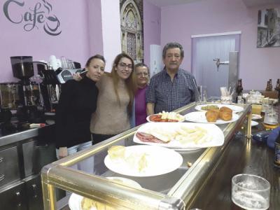 Consuelo y Félix abren el Bar 'Mar-Tani' en la calle Lagartera