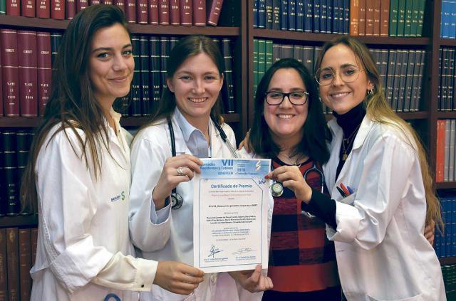 Cuatro de las residentes posan con el diploma
