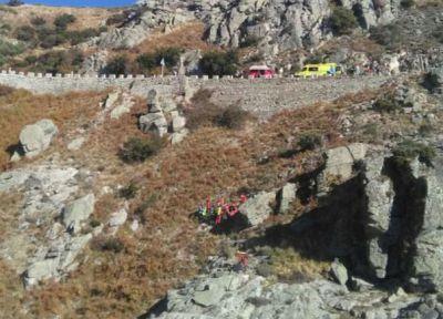 Herido un motorista tras caer por un terraplén de 50 metros en el Puerto del Pico