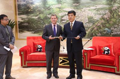 Page expresa su disposición a impulsar el hermanamiento entre Toledo y la ciudad de Chengdu