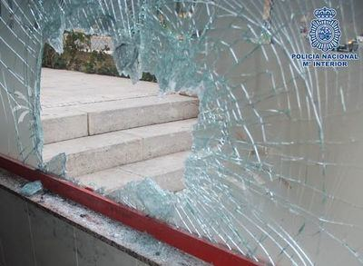Detenido por robar en un bar rompiendo el cristal con una tapa de alcantarilla