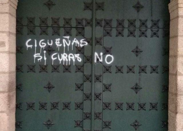 Crece la 'guerra' por la defensa de las ciguëñas de la Basílica del Prado (IMÁGENES)