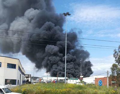 Continúa la extinción del incendio en una chatarrería en Pepino