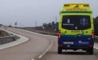 Trasladan a tres personas al hospital tras la colisión de dos vehículos en Piedrabuena
