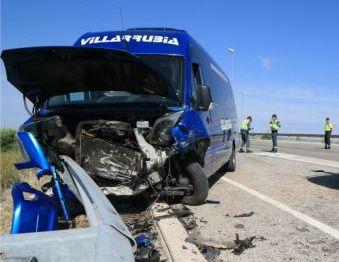 Once heridos tras la colisión frontal de un turismo y un minibús