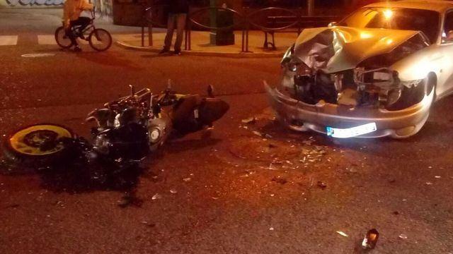Choque entre una moto y un coche en el Paseo de la Estación