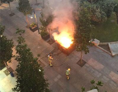Arden dos contenedores en la Plaza de la Trinidad