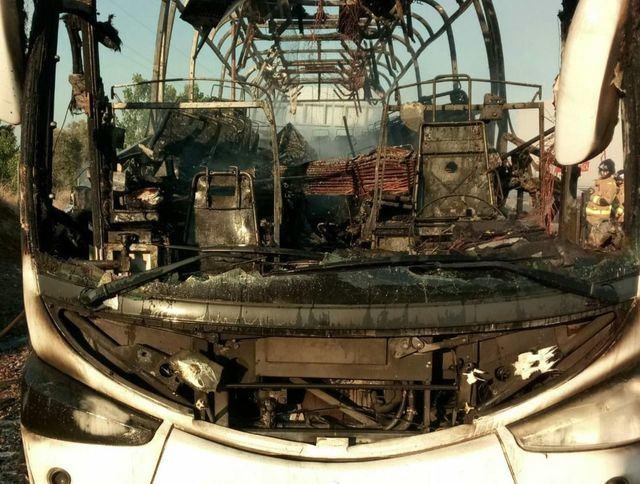 IMÁGENES | Así ha quedado el autobús calcinado en la A-5 a su paso por Talavera