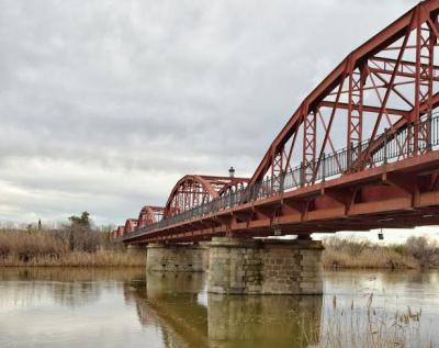 Dos policías nacionales de Talavera salvan a una mujer que pretendía tirarse desde el puente Reina Sofía