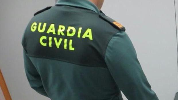 La Guardia Civil desaloja un edificio en llamas y rescata a varias personas