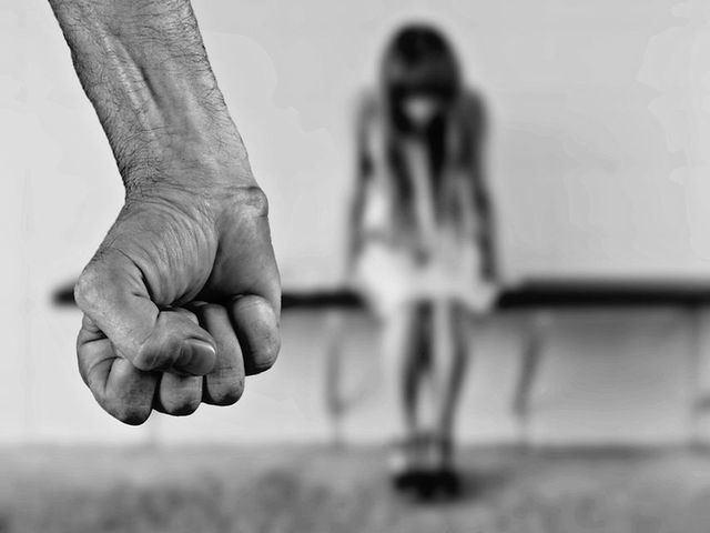 Piden 9 meses a una madre acusada de pegar puñetazos y arrancar mechones de pelo a su hija