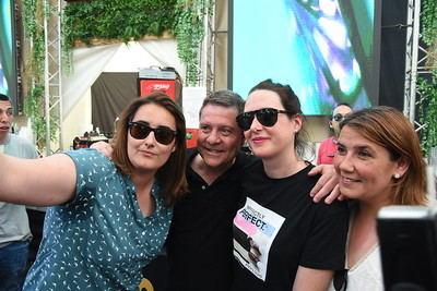 Emiliano García-Page visita la caseta de La Voz del Tajo