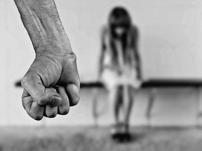 Piden casi 10 años para un acusado de homicidio en tentativa por golpear a su esposa por todo el cuerpo