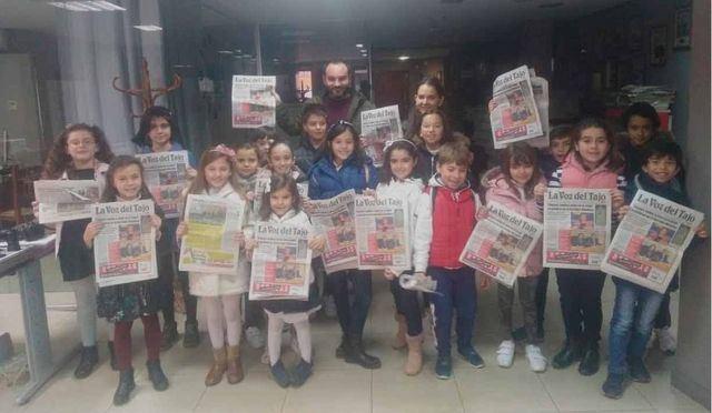 Los pequeños periodistas del Club de Lectura de la Biblioteca Niveiro-Alfar El Carmen visitan La Voz del Tajo