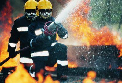 El incendio en una nave agrícola provoca el desalojo de una vivienda anexa