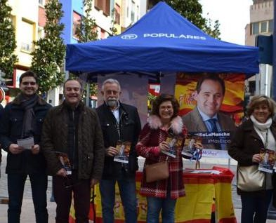 Santiago Serrano (i) con José Julián Gregorio, Jaime Ramos, Carmen Riolobos y Maivi González