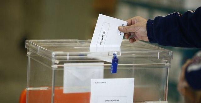 Ciudadano introduciendo su voto en una urna electoral /EUROPA PRESS