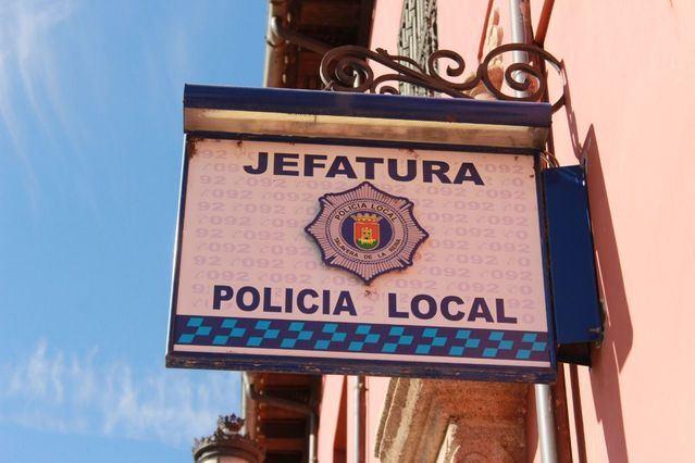 La Policía Local tramita denuncias por beber en la calle y tirar la basura fuera de hora