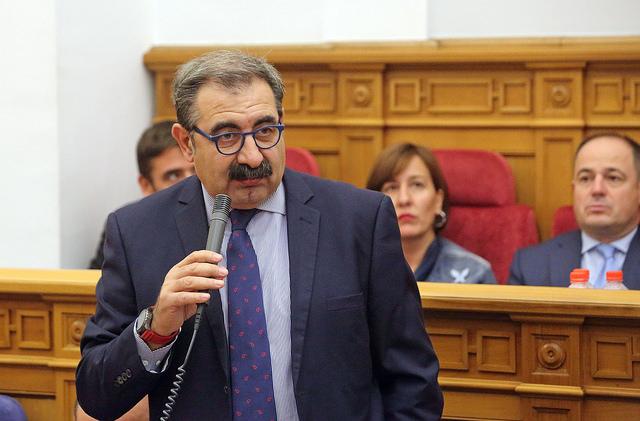 El consejero de Sanidad, Jesús Fernández Sanz, durante su intervención en el Pleno de las Cortes de Castilla-La Mancha