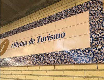 Cartel metálico en la Oficina de Turismo