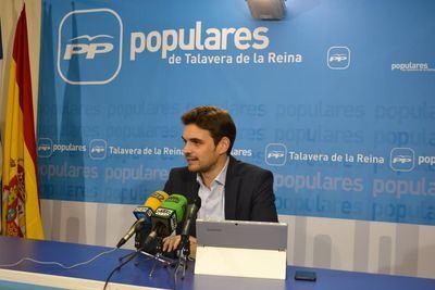 El portavoz del Grupo Municipal Popular, Santiago Serrano, en rueda de prensa /archivo