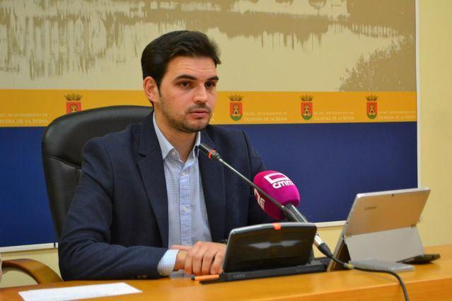 El portavoz del Grupo Municipal Popular, Santiago Serrano, en rueda de prensa / Archivo