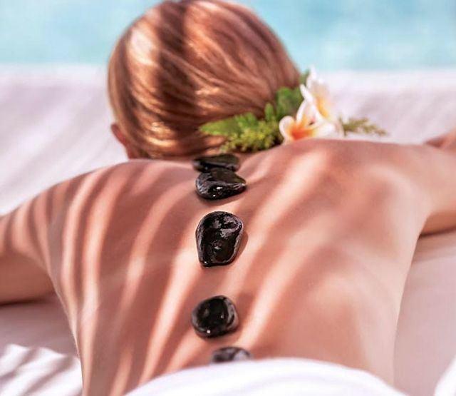 Principales peligros de recibir masajes en playas o piscinas