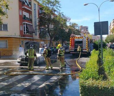 Un coche arde en la avenida Pío XII de Talavera