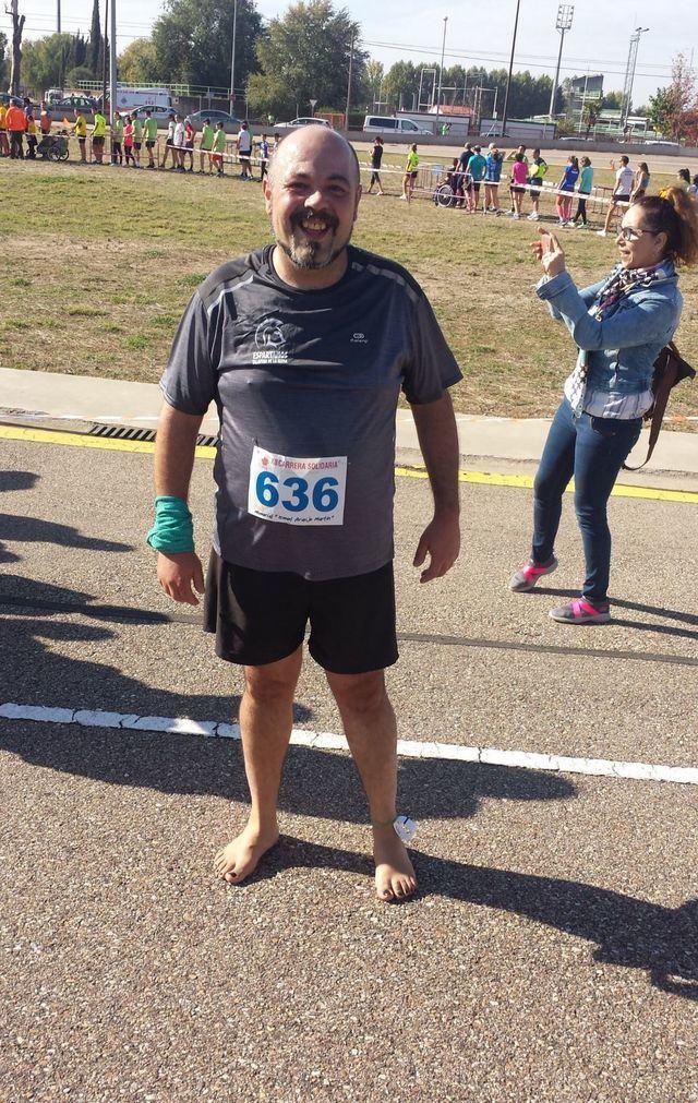 David Serrano corrió descalzo.